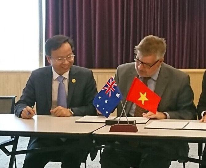 PGS. TS. Mai Thanh Phong (bên trái – Hiệu trưởng trường ĐH Bách khoa TP.HCM) và GS.Barney Glover (Bên phải - Phó Chủ tịch và Hiệu trưởng trường ĐH Western Sydney tại buổi tái ký kết hợp tác