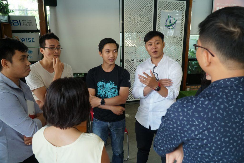 Các khách tham dự cùng tham gia thảo luận về chủ đề của chương trình