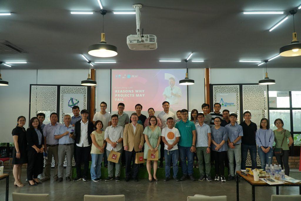 Diễn giả và các khách tham dự tại sự kiện Consulting Café tháng 8