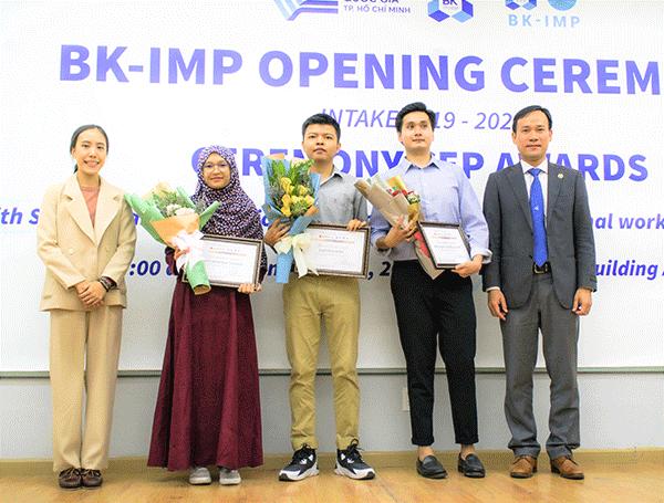 Đại diện tổ chức AUN/SEED-Net trao học bổng cho học viên BK-IMP.